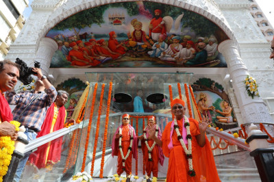 Divine darshan of Acharya Swamishree in front of Shree Swaminarayan Mandir Mumbai and the newly-inaugurated art gallery