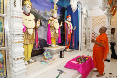 Acharya Swamishree performs the Shodshopchar ceremony of Lord Swaminarayanbapa Swamibapa at Shree Swaminarayan Mandir Mumbai for its Suvarna Pratishtha (Golden Jubilee - 50th Anniversary)