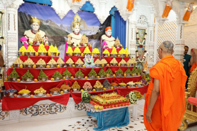 Acharya Swamishree performs the annakut aarti to Lord Swaminarayanbapa Swamibapa