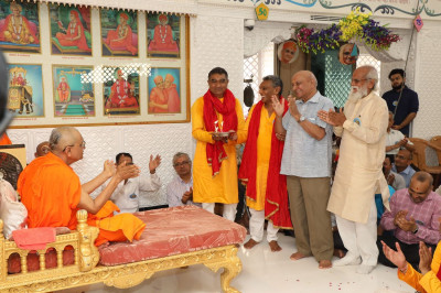 Disciples offer annakut aarti to Lord Swaminarayanbapa Swamibapa and Acharya Swamishree