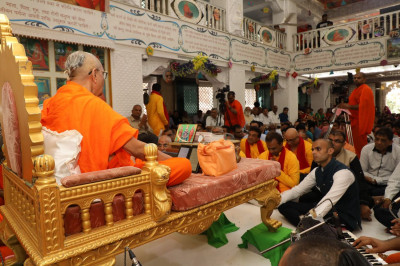Acharya Swamishree showers His divine blessings upon the entire congregation during the auspicious occasion. The Golden Jubilee celebrations of Shree Swaminarayan Mandir Mumbai concluded thereafter, and mahaprasad was served to all.