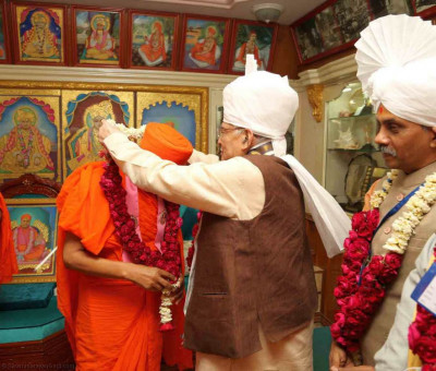Shri Murli Manohar Joshi - Member of Parliament presents a garland of fresh flowers to His Divine Holiness Acharya Swamishree
