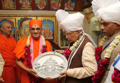 His Divine Holiness Acharya Swamishree presents a momento of Smruti Mandir to Shri Murli Manohar Joshi