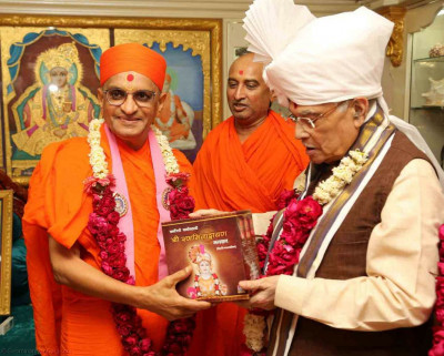 His Divine Holiness Acharya Swamishree presents the Sarvopari Shree Swaminarayan Bhagwan serial to Shri Murli Manohar Joshi