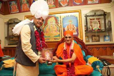 His Divine Holiness Acharya Swamishree presents the Sarvopari Shree Swaminarayan Bhagwan serial to the honoured guest