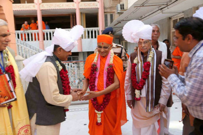 His Divine Holiness Acharya Swamishree blesses Shri Murli Manohar Joshi - Member of Parliament for Kanpur