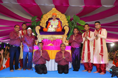 His Divine Holiness Acharya Swamishree blesses disciples who have sponsored the evening programme