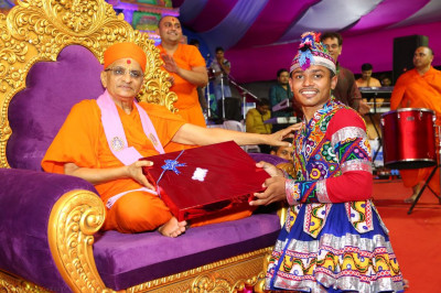 His Divine Holiness Acharya Swamishree presents various gifts to the winners of the raas competition