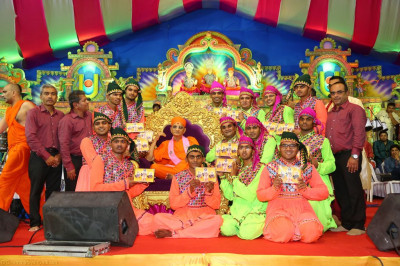 His Divine Holiness Acharya Swamishree presents momentos to the winning team of the devotional raas competition