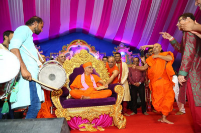 A spontaneous improvised dhol and dance performance to please the Lord