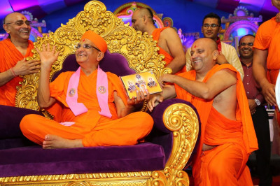 His Divine Holiness Acharya Swamishree presents momentos of the evening to performers