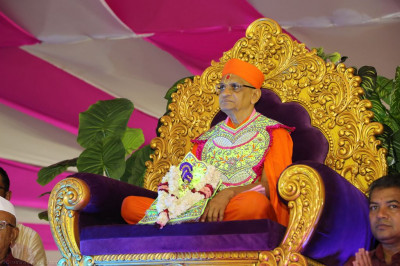 Divine darshan of Acharya Swamishree seated in the centre