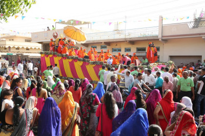 Hundreds of disciples fill the streets of Naranpar