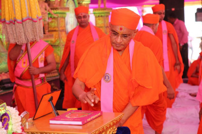 His Divine Holiness Acharya Swamishree performs the poojan ceremony of the divine scripture Sadguru Shree Nirgunadasji Swami