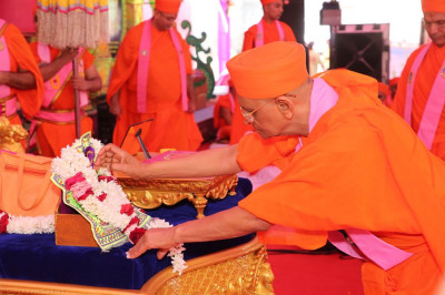 Acharya Swamishree Maharaj offers chandlo to Shree Harikrishna Maharaj