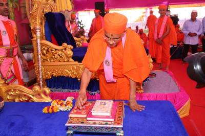 His Divine Holiness Acharya Swamishree performs the poojan ceremony of the divine scriptures