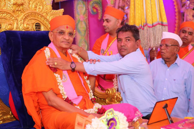 Disciples who have sponsored the scripture recitals offer garlands of fresh flowers to His Divine Holiness Acharya Swamishree