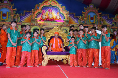 His Divine Holiness Acharya Swamishree blesses young disciples who took part in the evening devotional dance performances