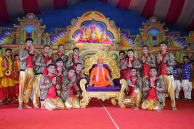 His Divine Holiness Acharya Swamishree blesses disciples who took part in the evening devotional dance performances