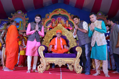 His Divine Holiness Acharya Swamishree blesses the choregraphers and teachers who took part and instructed disciples