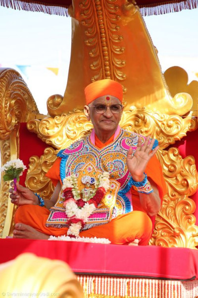 Divine darshan of Acharya Swamishree seated on the golden chariot blessing all