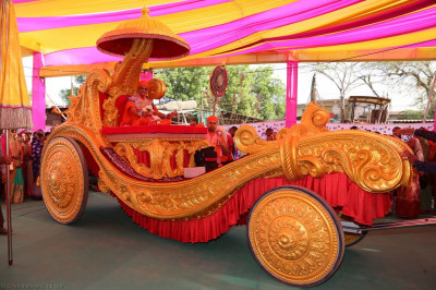 Divine darshan of Acharya Swamishree seated on the magnificent golden chariot