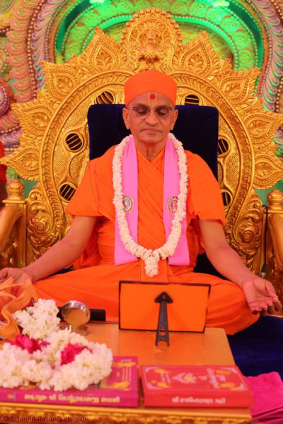 His Divine Holiness Acharya Swamishree performs the dhyan of Lord Shree Swaminarayan as part of Sadguru din celebrations