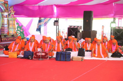 Sants perform the dhyan of Lord Shree Swaminarayan as part of Sadguru din celebrations