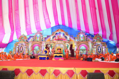 All perform the dhyan of Lord Shree Swaminarayan as part of Sadguru din celebrations