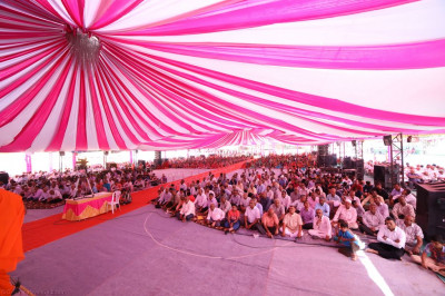 Huindreds of disciples fill the grand sabha