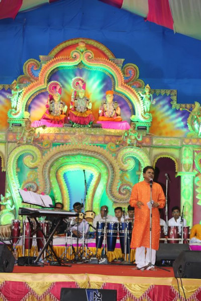 Comedians provide entertainment between the devotional songs