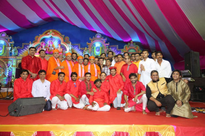 His Divine Holiness Acharya Swamishree blesses sants, disciples, musicians and all performers on stage