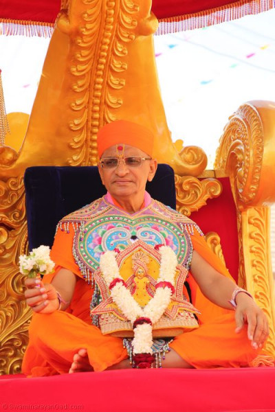 Divine darshan of His Divine Holiness Acharya Swamishree seated on the golden chariot
