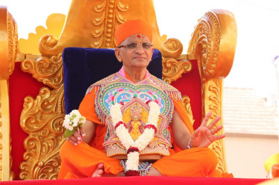Divine darshan of His Divine Holiness Acharya Swamishree blessing all seated on the golden chariot