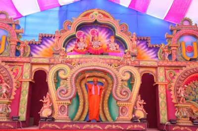 Divine darshan of Acharya Swamishree Maharaj on the magnificent stage