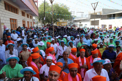 Sants, hundreds of disciples and Shree Muktajeevan Swamibapa Pipe Band Maninagar all take part in the grand procession