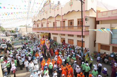 The grand procession leaves Shree Swaminarayan Mandir Naranpar