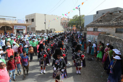 Shree Muktajeevan Swamibapa Pipe Band Maninagar perfom leading the grand procession through Naranpar