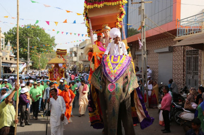 Divine darshan of Jeevanpran Shree Abji Bapashree seated on the majestic elephant