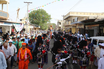Shree Muktajeevan Swamibapa Pipe Band Maninagar perform throughout the grand procession