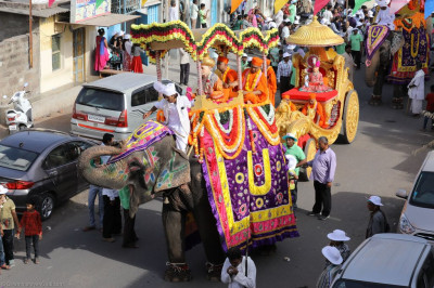 The grand procession proceeds through Naranpar
