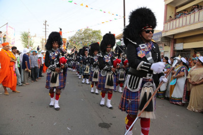 Shree Muktajeevan Swamibapa Pipe Band Maninagar perform marching throughout the grand procession