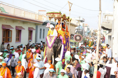 The streets of Naranpar are filled