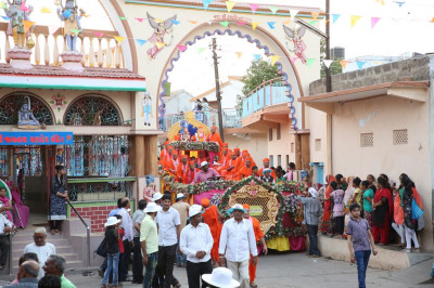 The magnificent float proceeds towards Shree Swaminarayan Mandir Naranpar