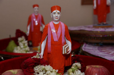 Divine darshan of Jeevanpran Shree Muktajeevan Swamibapa with each gift that is offered to the Lord