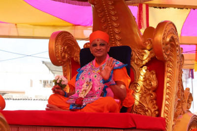 Divine darshan of Acharya Swamishree blessing all seated on the golden chariot
