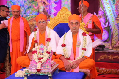 Disciples offer garlands of fresh flowers to Shree Harikrishna Maharaj and sants who have performed the scripture recitals