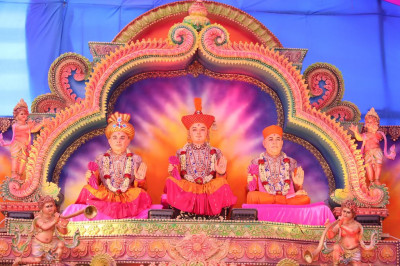 Divine darshan of Lord Shree Swaminarayan, Jeevanpran Shree Abji Bapashree and Jeevanpran Shree Muktajeevan Swamibapa on stage