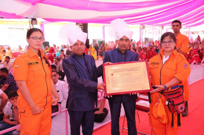 Honoured guests and disciples present a letter of appreciation to His Divine Holiness Acharya Swamishree
