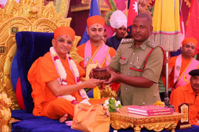 Honoured guests present various gifts to His Divine Holiness Acharya Swamishree